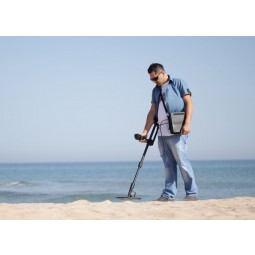 Man using Nokta Makro Deephunter 3D Pro Package Metal Detector on dry sand